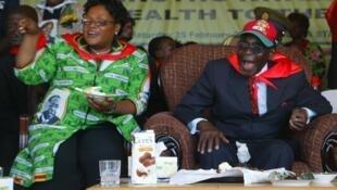 La vice-présidente Joice Mujuru aux cotés du président du Zimbabwe Robert Mugabe, en février 2012.