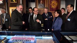 Президент Франции Франсуа Олланд (в центре) в музее истории масонства, Париж, 27 февраля 2017.