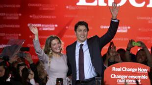 Justin Trudeau, leader du parti libéral canadien, fête sa victoire en compagnie de sa femme Sophie Grégoire, à Montreal le 19 octobre 2015.