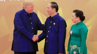 Os presidentes americano Donald Trump e vietnamita Trần Đại Quang, no dia 10 novembre 2017, em Danang, durante Fórum Ásia-Pacífico.