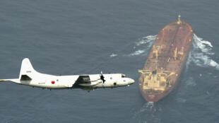 """عکس آرشیو - یک هواپیمای گشتزنی دریایی ژاپن """" P3-C Orion """" در حال پرواز بر فراز یک تانکر نفتی در خلیج عدن. اول اوت ٢٠١۵"""