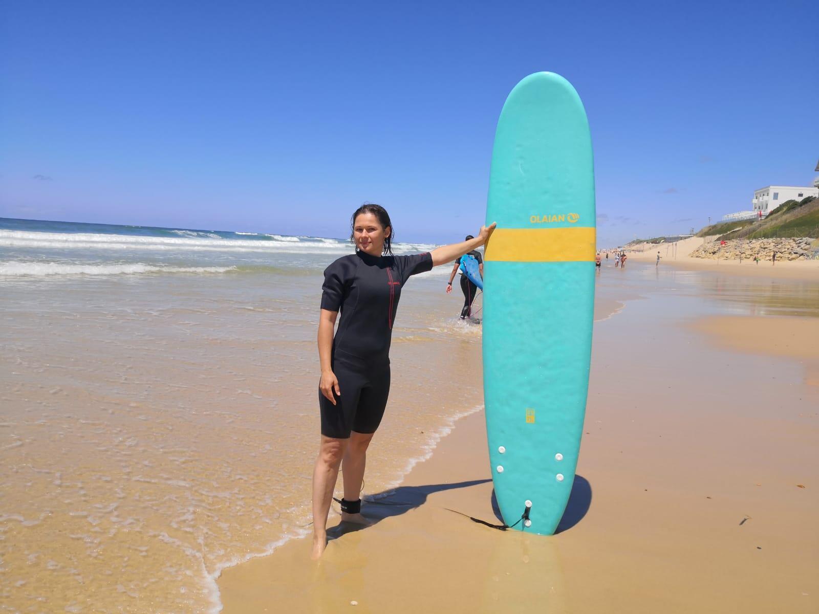 Yalena aprovecha para surfear en el balneario de Bizcarrosa, a 40 km al sur de Arcachon en el Atlántico francés.