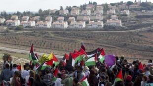 Des Palestiniens soutenus par des militants israéliens lors de la manifestation hebdomadaire à Nabi Saleh, près de Ramallah, en Cisjordanie.
