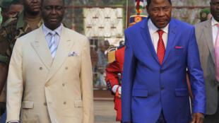 O presidente do Benim Boni Yayi (à direita) com o presidente centro-africana deposto, François Bozizé, em Bangui a 30 de Dezembro de 2012.