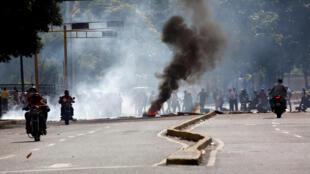 Des barricades mises en place par les manifestants lors d'un rassemblement contre le président Maduro, le 6 juillet 2017.