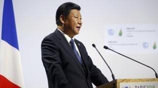 中國國家主席習近平在2015世界氣候變化大會(COP21)開幕式上演講,法國巴黎布爾歇,2015年11月30日.