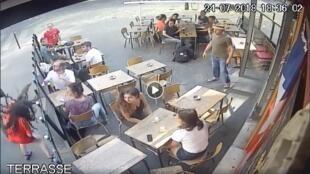 Momento en el que la joven recibe una bofetada tras defenderse de su acosador