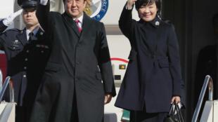 Thủ tướng Shinzo Abe (G) và phu nhân rời sân bay quốc tế Haneda, Tokyo, ngày 12/01/2018.