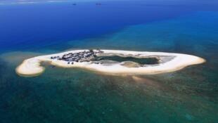 疑似中國建造燈塔的南海島礁