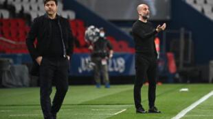 L'entraîneur espagnol de Manchester City, Pep Guardiola (d.), donne des instructions à ses joueurs à quelques mètres de l'entraîneur argentin du Paris Saint-Germain, Mauricio Pochettino (g.), lors de la demi-finale aller de la Ligue des champions de entre le PSG et Manchester City, au Parc des Princes à Paris, le 28 avril 2021.