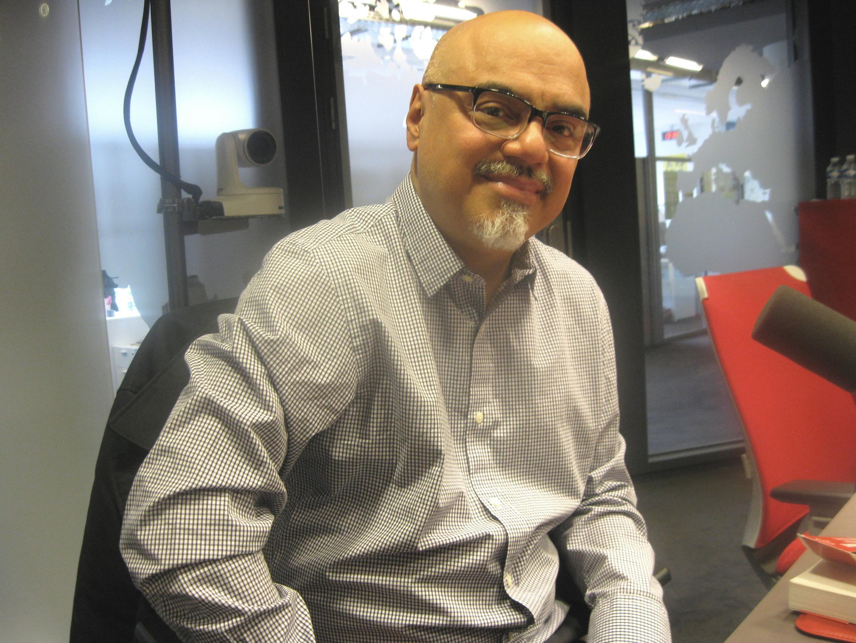 Héctor Tobar en los estudios de RFI