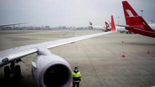 Un agente del aeropuerto internacional de Shanghai, en China, el 25 de marzo de 2020.