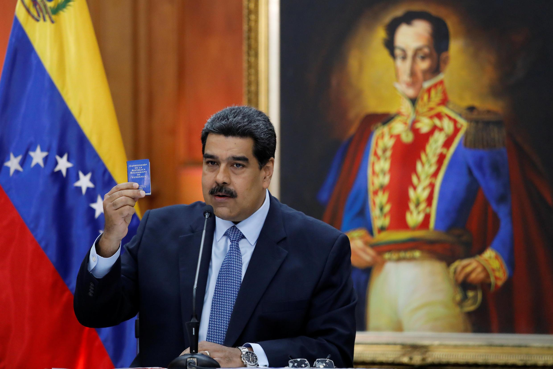 Tổng thống Venezuela Nicolas Maduro trưng lên bản Hiến Pháp trong cuộc họp báo ở dinh Miraflores, Caracas, ngày 09/01/2019.