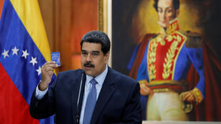 O presidente da Venezuela, Nicolás Maduro, com uma cópia da Constituição Nacional, no Palácio de Miraflores, em Caracas.