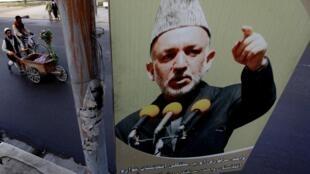 Le retrait d'Abdullah Abdullah du second tour de l'élection présidentielle afghane devrait assurer le maintien au pouvoir du président sortant Hamid Karzaï.