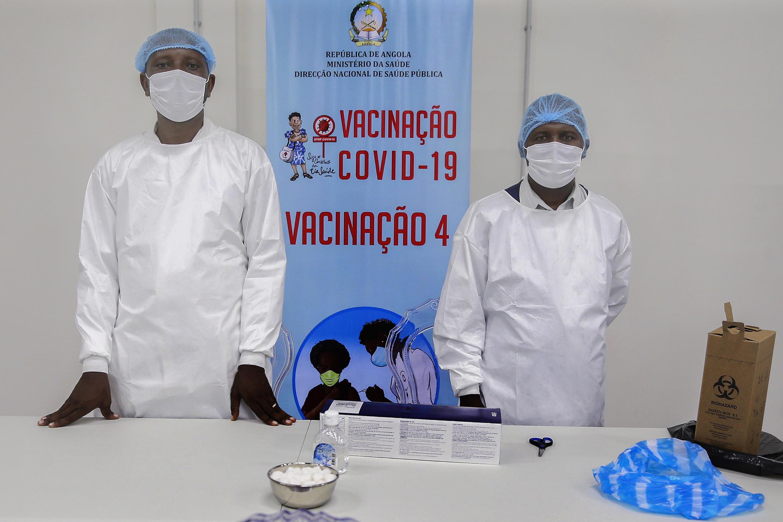 Cerimónia de inauguração do depósito central de vacinas de Angola, no dia em que chegaram ao país as primeiras 624.000 doses de vacinas contra a covid-19, no aeroporto Internacional 4 de Fevereiro, que contou com a presença da ministra da Saúde, Silvia Lutucuta (ausente da foto), no âmbito da iniciativa Covax, Luanda, Angola, 2 de março de 2021. AMPE ROGÉRIO/LUSA