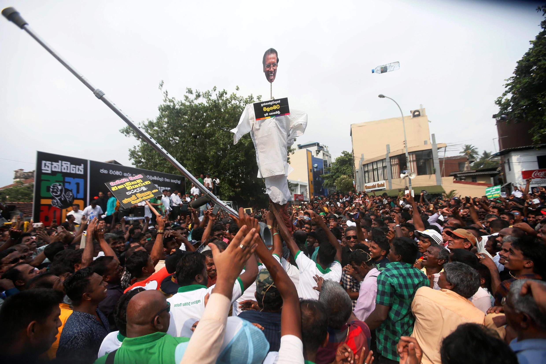 La foule a déchiré des effigies du président Maithripala Sirisena qui a démis de ses fonctions Ranil Wickremesinghe. Columbo, le 30 octobre 2018.
