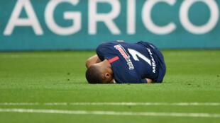 La lesión de Kylian Mbappe, estrella del PSG, fue la nota amarga del triunfo del equipo parisino.