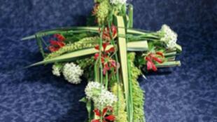 Des fleurs sous la forme d'une croix.