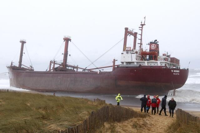 Guarda costeira francesa ajuda a resgatar a tripulação do navio maltês atingido pela tempestade.