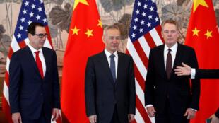 Le vice-1er ministre chinois Liu He (C), le secrétaire américain au Trésor, Steven Mnuchin (G), et le représentant américain du Commerce, Robert Lighthizer (D).Photo de groupe en fin de réunion à la maison d'hôtes Diaoyutai State à Beijing, le 1er mai 2019
