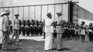 Un face-à-face entre le gouverneur général Félix Eboué (G) et le général Charles de Gaulle (D) à Brazzaville. Photo prise en avril 1941.