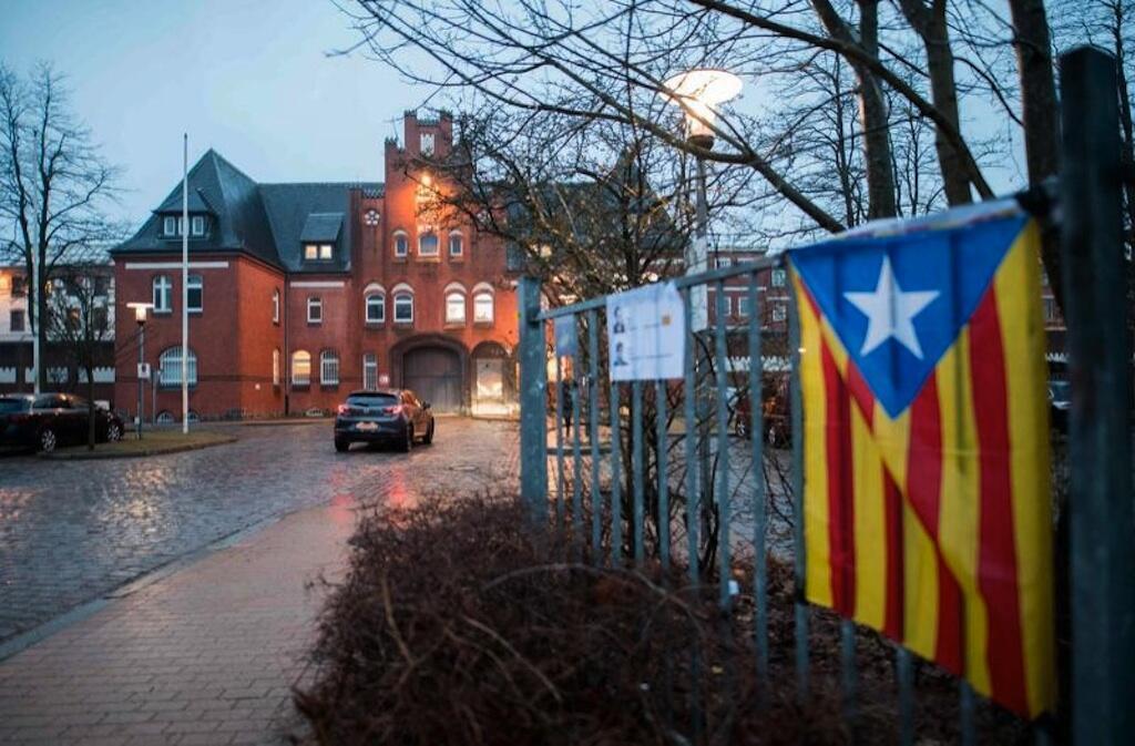 Ni katika gereza hili la Neumünster (Ujerumani) ambako Carles Puigdemont anafungwa. Jumanne hii, Aprili 3, wafuasi wake wameweka bendera ya Catalonia karibu na lango la jela hilo.