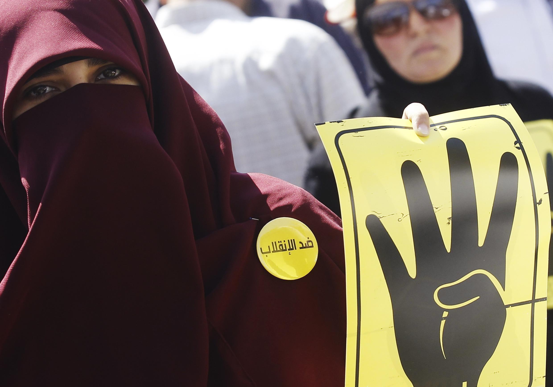 Một thành viên tổ chức Huynh Đệ Hồi Giáo, trong cuộc biểu tình ở Cairo, Ai Cập, 13/09/2013