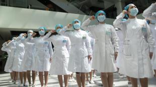 Unas enfermeras recitan su juramento en el Hospital Tongji de Wuhan, en la provincia china de Hubei, para conmemorar el Día Internacional de la Enfermería el 12 de mayo de 2020