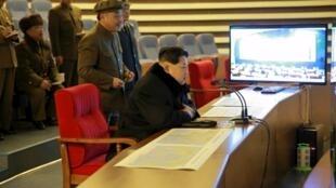 El líder norcoreano Kim Jong Un sigue de cerca el lanzamiento de un cohete balístico de largo alcance, según su gobierno, Pyongyang, 7 de febrero de 2016.
