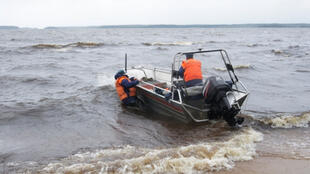 Спасатели МЧС продолжают поисковые работы на Сямозере в Карелии