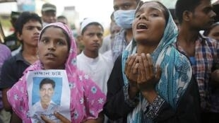 Родственники одного из рабочих, засыпанного при обрушении промздания в Дакке 26/04/2013