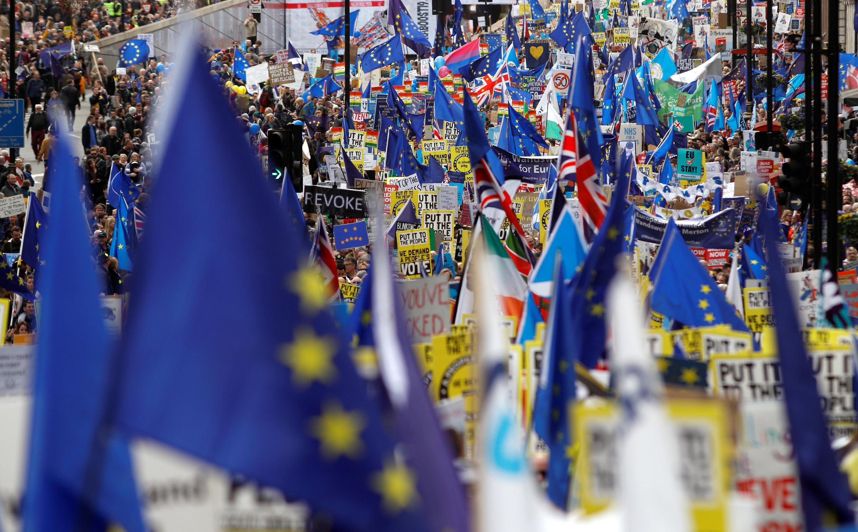 Centenas de milhares saem às ruas para protestar contra saída do Reino Unido da UE. Londres 23/03/19