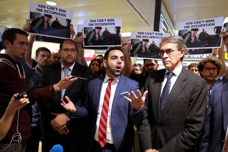 Juste avant son départ, Omar Shakir, avec Keith Rothe (à. dr), le directeur d'Human Rights Watch, à l'aéroport de Tel Aviv, le 25 novembre 2019.