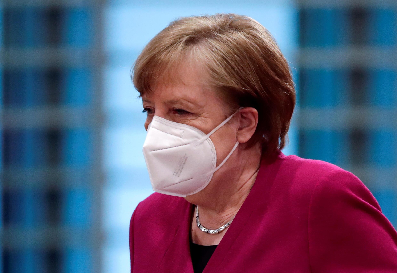 La canciller alemana, Angela Merkel, usa una mascarilla a su llegada dirigir la reunión semanal del gabinete en la Cancillería en Berlín, Alemania, el 31 de marzo de 2021.