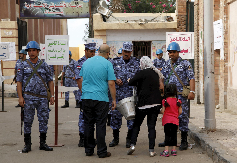An ninh được tăng cường chặt chẽ tại các điểm bỏ phiếu. Ai Cập ngày 18/10/2015.
