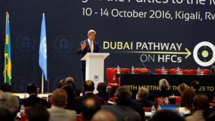 O Secretário de Estado norte-americano John Kerry durante discurso da reunião sobre as partes do Protocolo de Montreal, em Kigali, Ruanda.