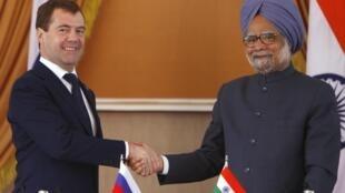 Les accords ont été signés en présence du Premier ministre indien Manmohan Singh (d) et du président russe Dmitri Medvedev (g), le 21 décembre 2010 à New Delhi.