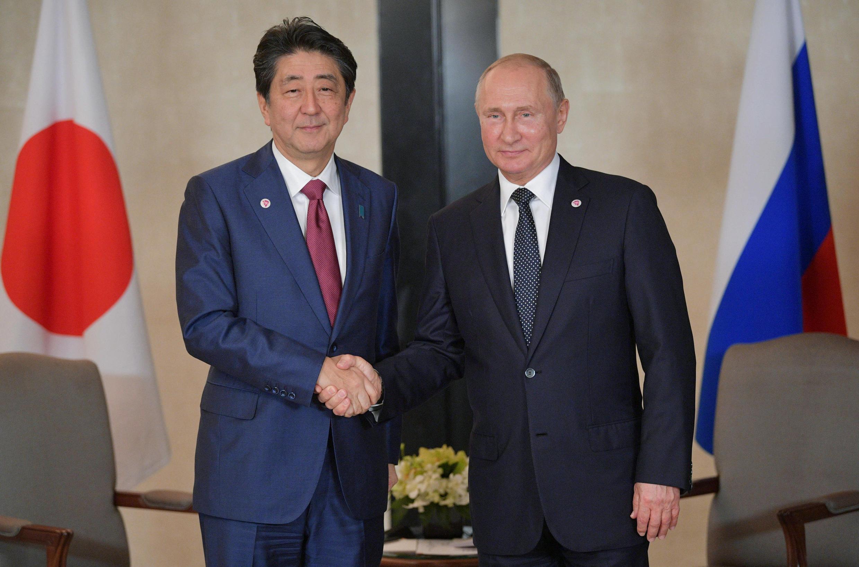 Thủ tướng Nhật Shinzo Abe (T) gặp tổng thống Nga V.Putin bên lề thượng đỉnh Đông Á, Singapore, ngày 15/11/2018.