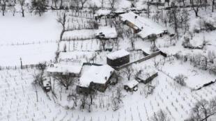 Neve cobriu as casas de Tropoja, região do norte da Albânia, em 12 de janeiro de 2017.