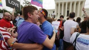 Pessoas comemoram a legalização do casamento gay  em frente ao edifício da Suprema Corte, em Washington