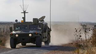 Un vehículo militar israelí patrulla cerca de la frontera con Siria en los Altos del Golán, el 3 de agosto de 2020