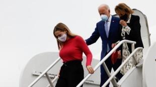 Joe Biden accompagné de sa petite-fille et de sa soeur arrive à Columbus, en Géorgie, le 27 octobre 2020.