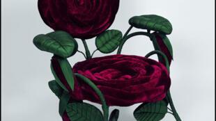 Sillón 'Rosa', Gran Bretaña, siglo XIX : tallos de hierro cubiertos de seda verde y terciopelo de seda roja.