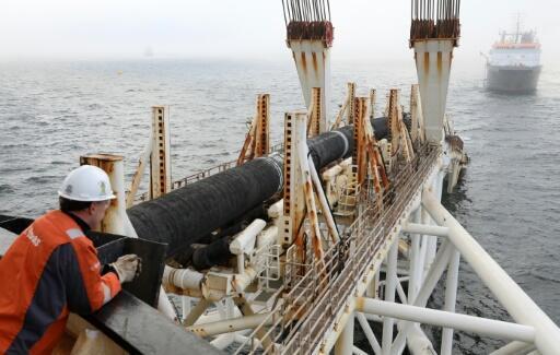 """Un empleado de la compañía de servicios offshore Allseas trabaja en el barco """"Audacia"""", desde donde se colocan partes del oleoducto Nord Stream 2 en el Mar Báltico frente a la costa de Laage, Alemania, el 15 de noviembre de 2018"""