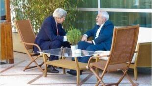 Kerry conversa com Mohamad Javad Zarif, em Lausanne, na Suíça
