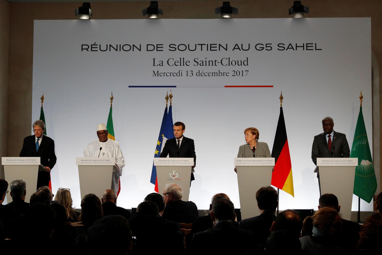 លោក ម៉ាក្រុង ប្រធានាធីបតីបារាំង ដឹកនាំកិច្ចប្រជុំ G5-Sahel អមដោយលោកស្រី អង់ហ្គេឡា មែរគែល។ La Celle Saint-Cloud ថ្ងៃទី១៣ ធ្នូ ២០១៧