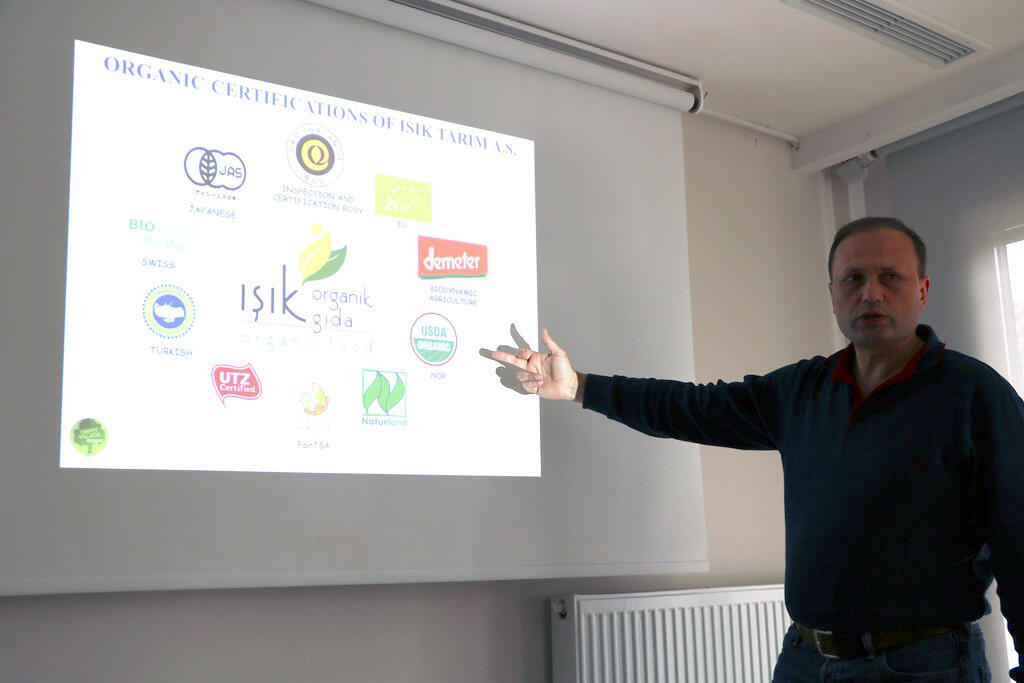 L'agronome Mehmet Çetin, de l'entreprise Işık Tarim A.S., dans la région d'Izmir. Un modèle très complet sur le plan agroenvironnemental.