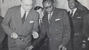 La ratification de l'indépendance de la Haute-Volta entre Louis Jacquinot et Maurice Yaméogo le 4 août 1960.