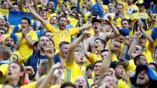 Des supporters célèbrent la victoire de la Suède contre la Suisse, au stade de Saint-Petersbourg (Russie), le 3 juillet 2018. La Suède accède aux quarts de finale de la Coupe du monde.